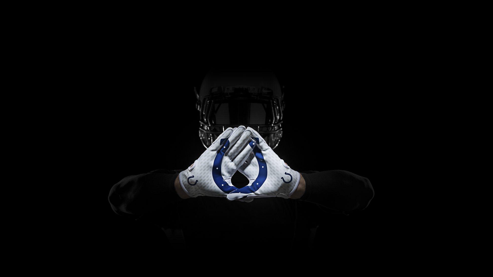 SP14_NFL_SB_TeamGloves_Hands_Colts_36848
