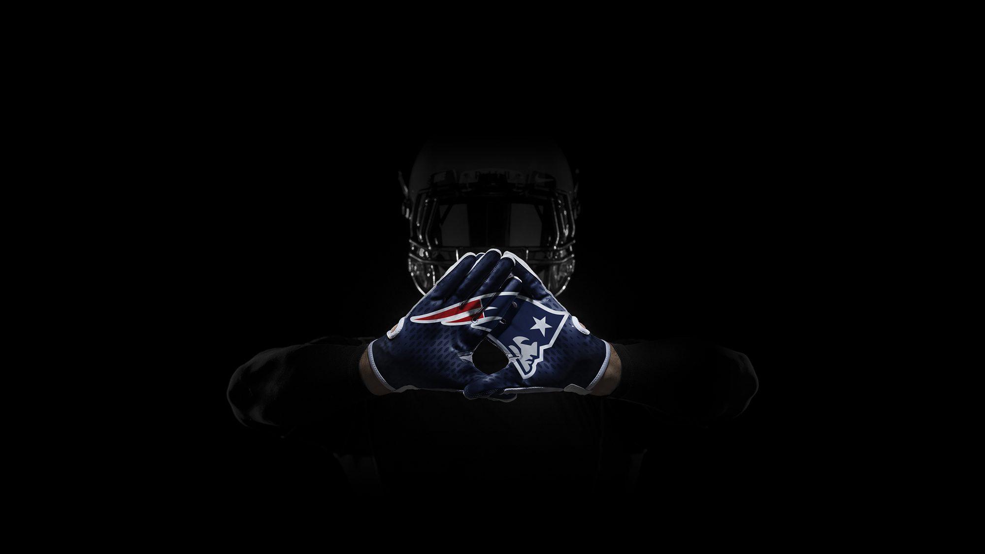 SP14_NFL_SB_TeamGloves_Hands_Patriots_36854